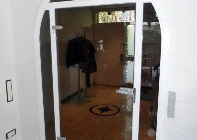Rundbogentür-aus-Buche-Massivholz-weiß-endlackiert-mit-bronce-Glasscheibe