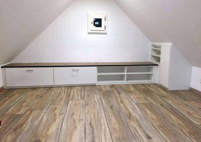 Schrank-inkl.-Sitzbank-der-Schräge-angepasst-2